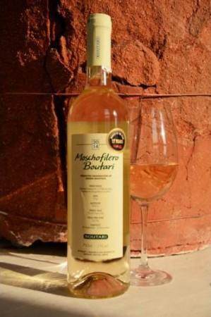 Egy friss, kerek, kiegyensúlyozott, száraz fehér bor, a virágok és citrusos gyümölcsök erős, fajtajelleges illatával és ízével, hosszú utóízzel.