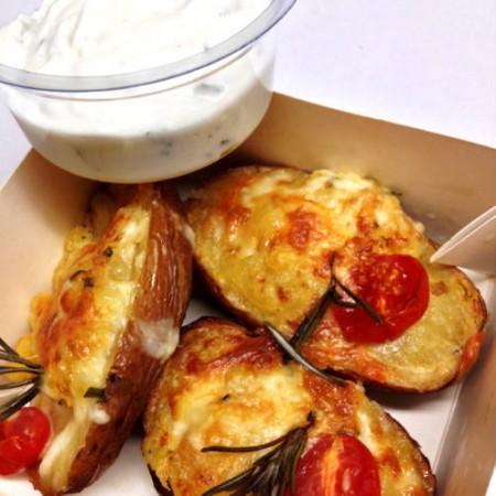 Rozmaringos-sajtos  héjában sült burgonya, tzatzikivel.