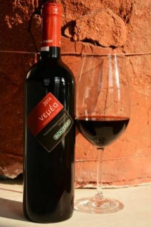 Mély rubin színű száraz vörösbor, bársonyos és komplex aroma, lágy, hosszú utóíz jellemzi.