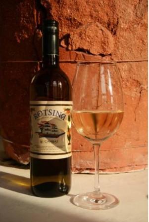 Különleges karakterű, ragyogó sárga színű száraz fehérbor. Diszkrét attikai fenyő illattal...